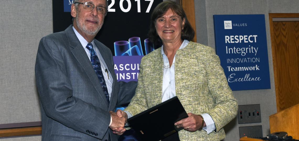 CVRI Theme Leader Dr. Mark Entman presents Dr. Christine Seidman from Harvard Medical School the Distinguished National Keynote Lecture award at the 2017 CVRI Symposium.