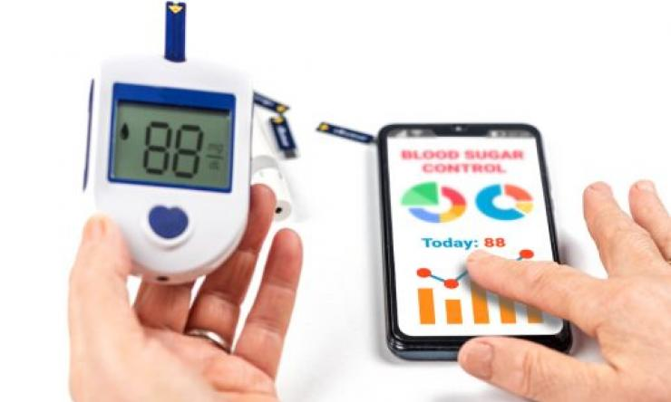 Checking the blood sugar with a smartphone.